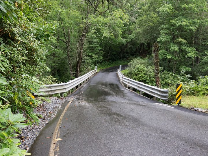 800px-Single_lane_bridge_over_the_Horsepasture_River_-_panoramio.jpg